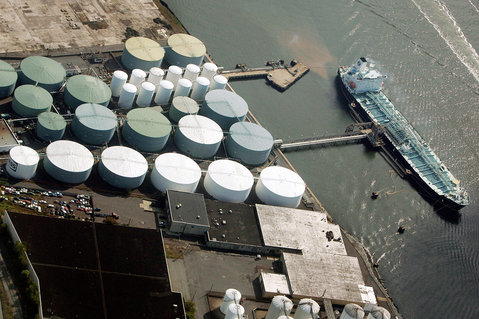 Запасы нефти продолжают бить рекорды