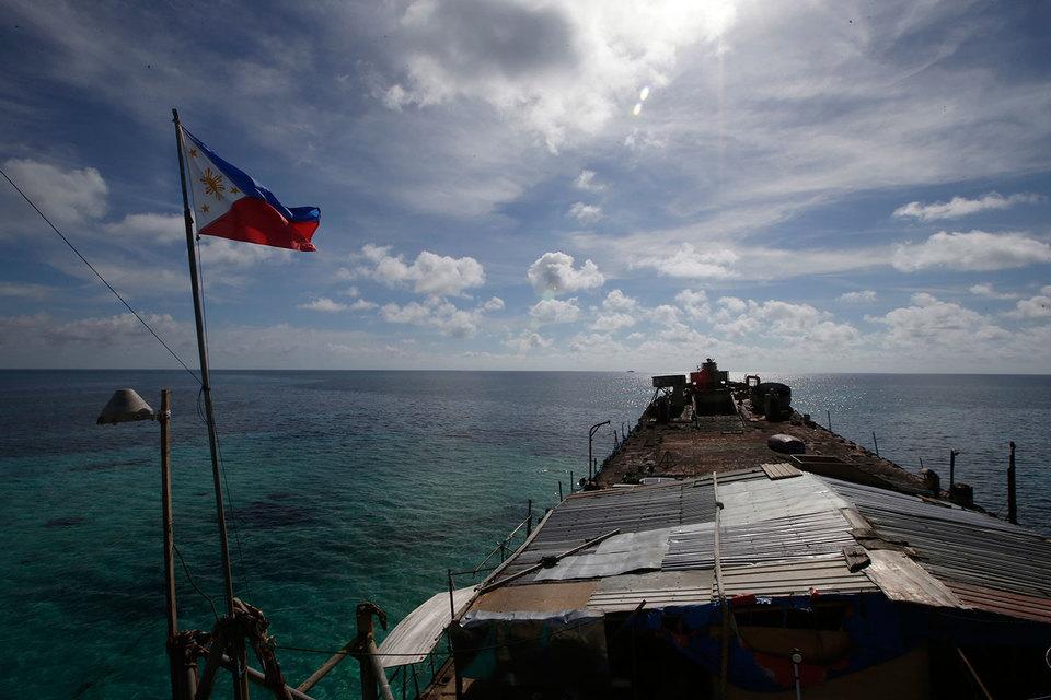 Филиппины подали иск в январе 2013 г. КНР, активно занимающаяся строительством насыпных островов в спорной зоне, отказалась участвовать в процессе