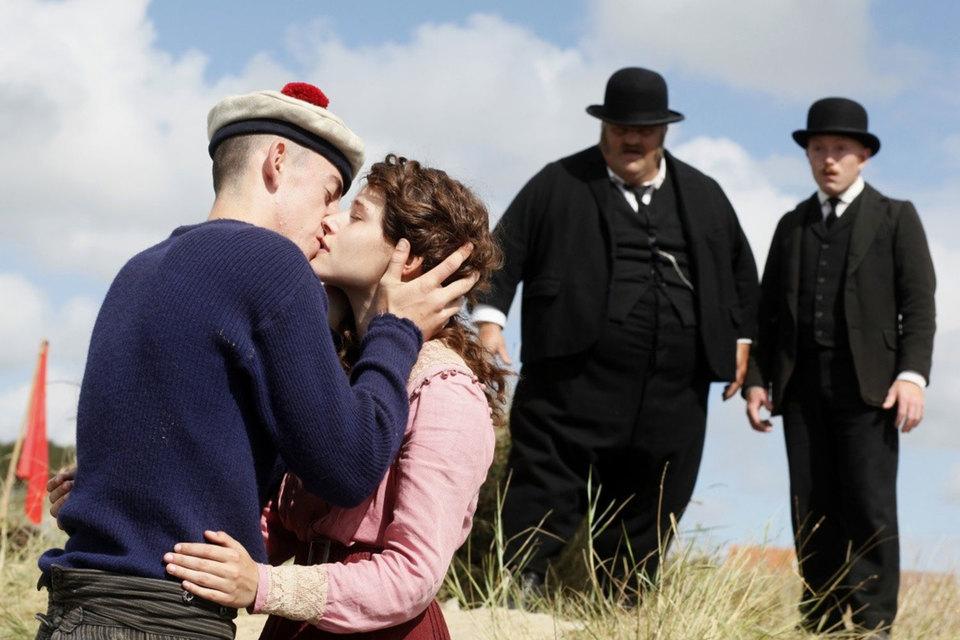 Полицейские пытаются понять, что в этом поцелуе не так кроме сословного неравенства