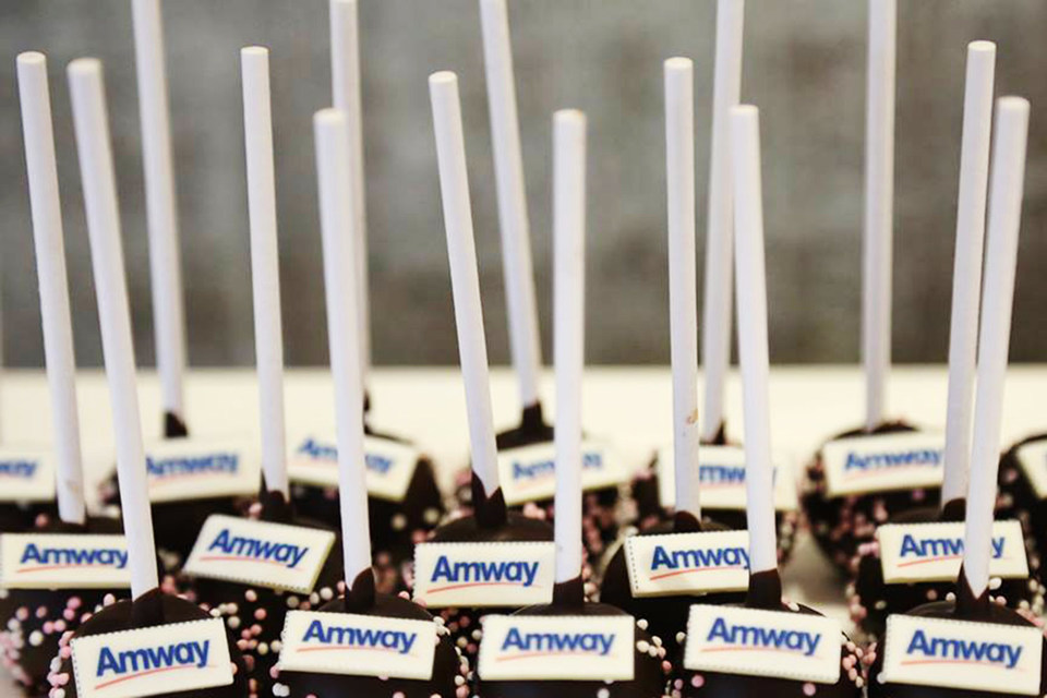 Amway - американский производитель косметики, пищевых добавок и бытовой химии, работающий через прямые продажи