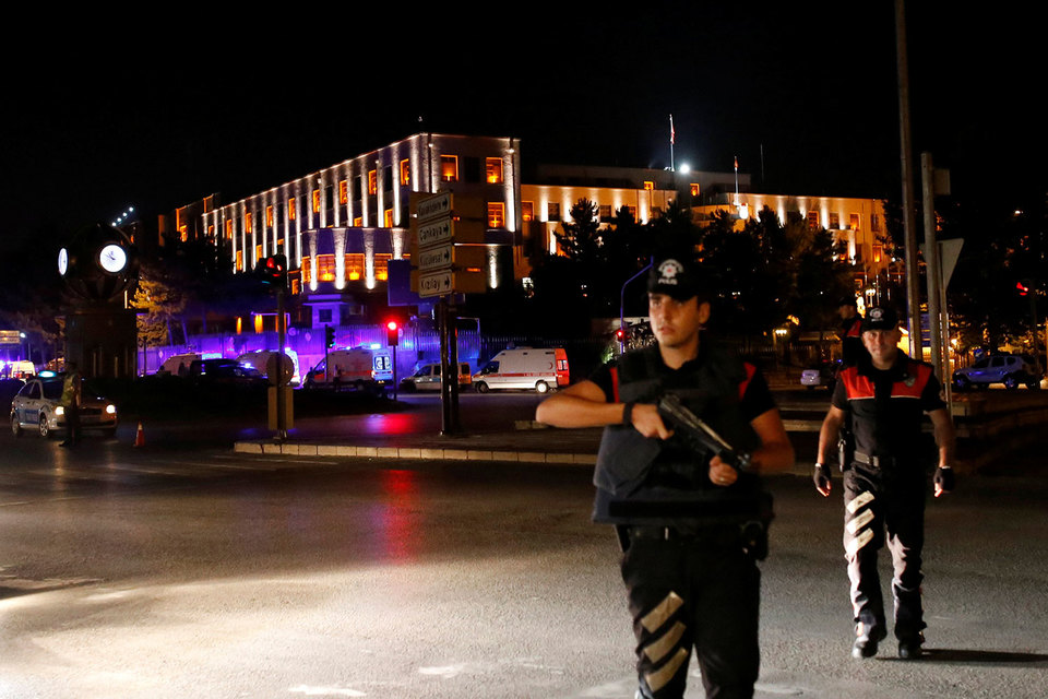 Полицейские возле генштаба вооруженных сил Турции