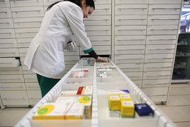 Россияне все чаще игнорируют предписания врачей и просят в аптеках подобрать лекарство дешевле того, что указано в рецепте. К таким выводам пришли аналитики Nielsen