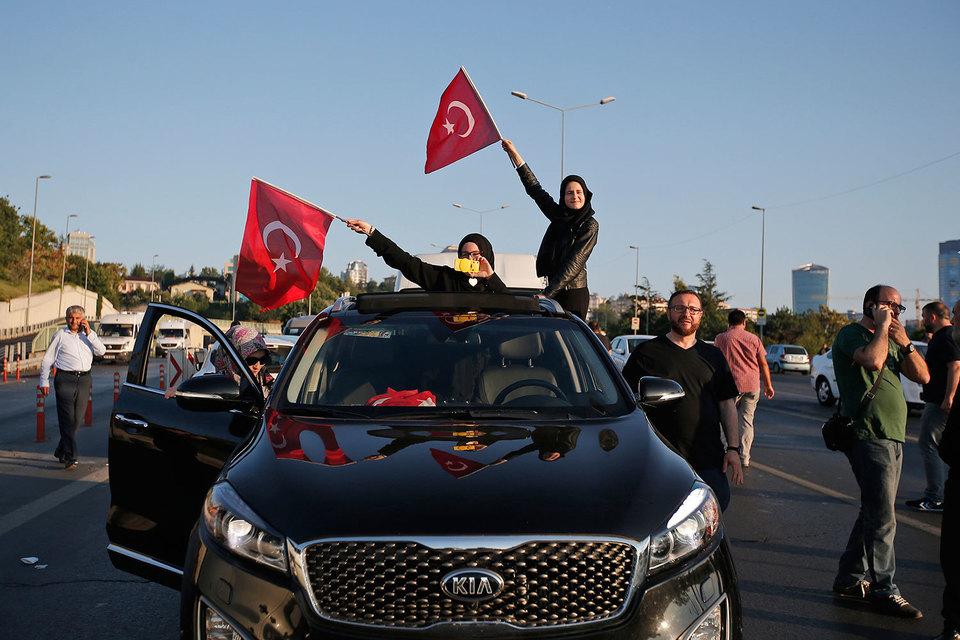 Последняя группа заговорщиков, намеревавшихся осуществить государственный переворот в Турции, сдалась во второй половине дня в субботу