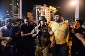 Участников мятежа пытаются задержать на площади Таксим в Стамбуле