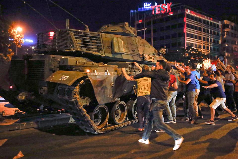 Сторонников президента Эрдогана на улицах оказалось гораздо больше, чем военных