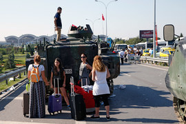 Российским туристам не позволено отдыхать среди турецких танков