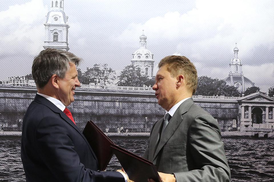«Газпром» и Shell подписали меморандум о взаимопонимании по «Балтийскому СПГ» в июне (на фото гендиректор Shell Бен ван Берден и предправления «Газпрома» Алексей Миллер)
