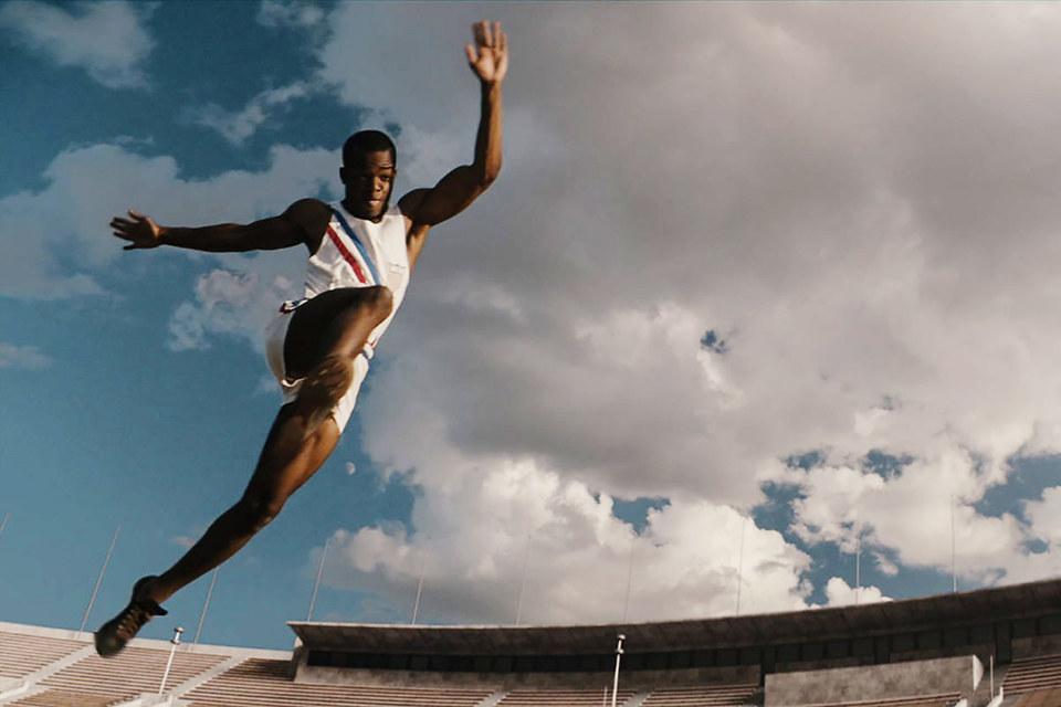 Легкоатлет Джесси Оуэнс выиграл на Олимпиаде 1936 г. четыре золотые медали, фильм эффектно показывает все эти победы