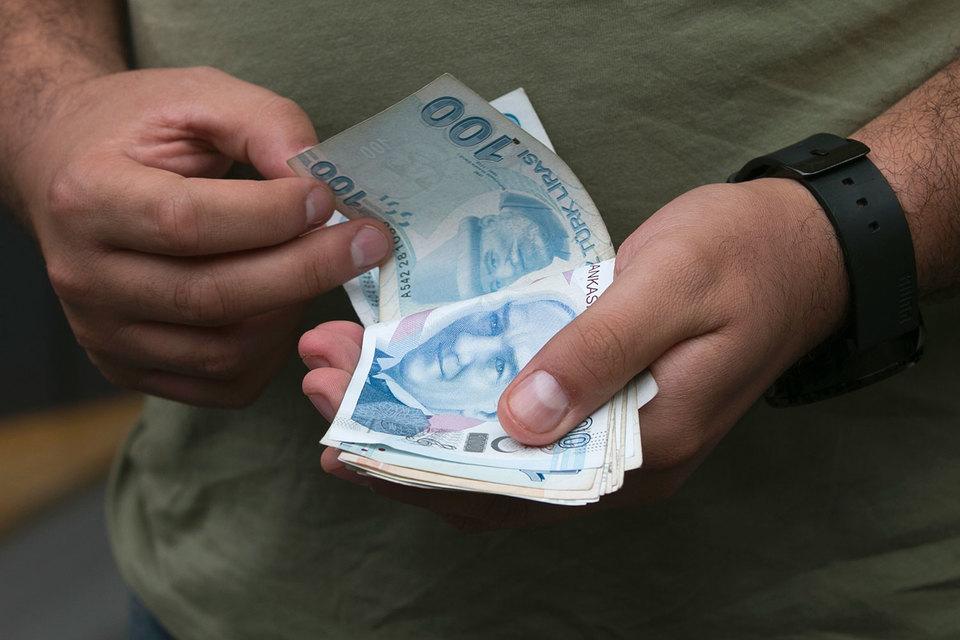 На новости о снижении странового рейтинга курс турецкой лиры к доллару упал ниже 3,07 - уровня, в последний раз отмечавшегося в конце сентября 2015 г.