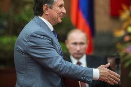 Владимир Путин (на заднем плане) специально предупреждал, что госкомпаниям (на переднем плане – главный исполнительный директор «Роснефти» Игорь Сечин) нельзя участвовать в приватизации