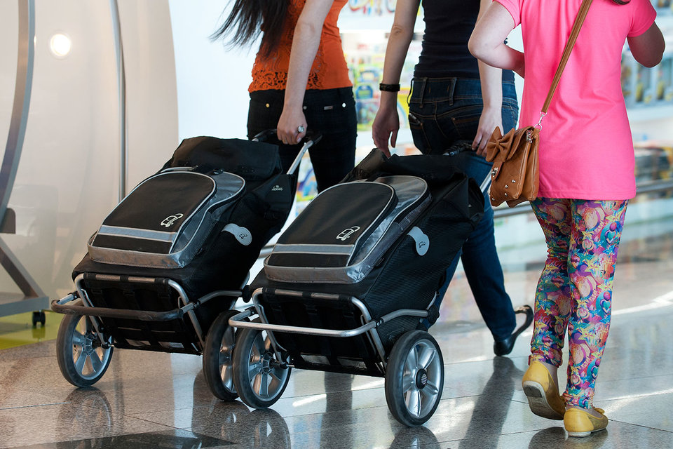 Туристический поток россиян за границу продолжает падать, но уже не так быстро