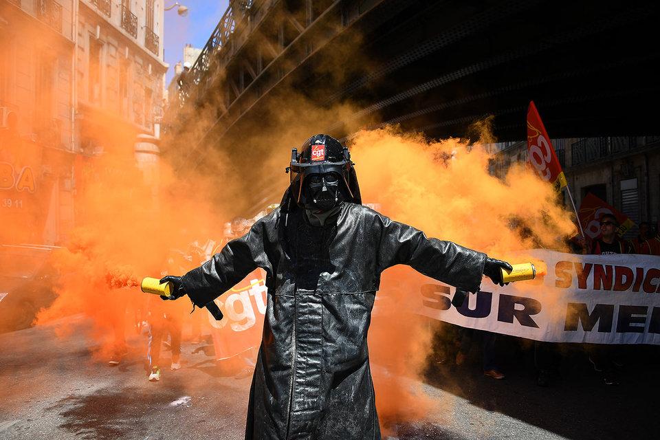 Забастовки и теракты во Франции мешают восстановлению экономики еврозоны