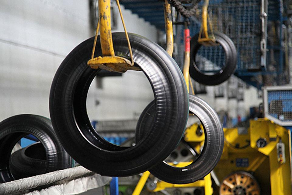 Общее производство легковых шин в России в первом полугодии выросло почти на 7%, грузовых – снизилось на 0,3%, сельскохозяйственных – выросло на 14%, гласят данные Росстата