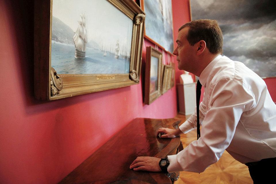 Премьер Дмитрий Медведев не увидел бури в экономике