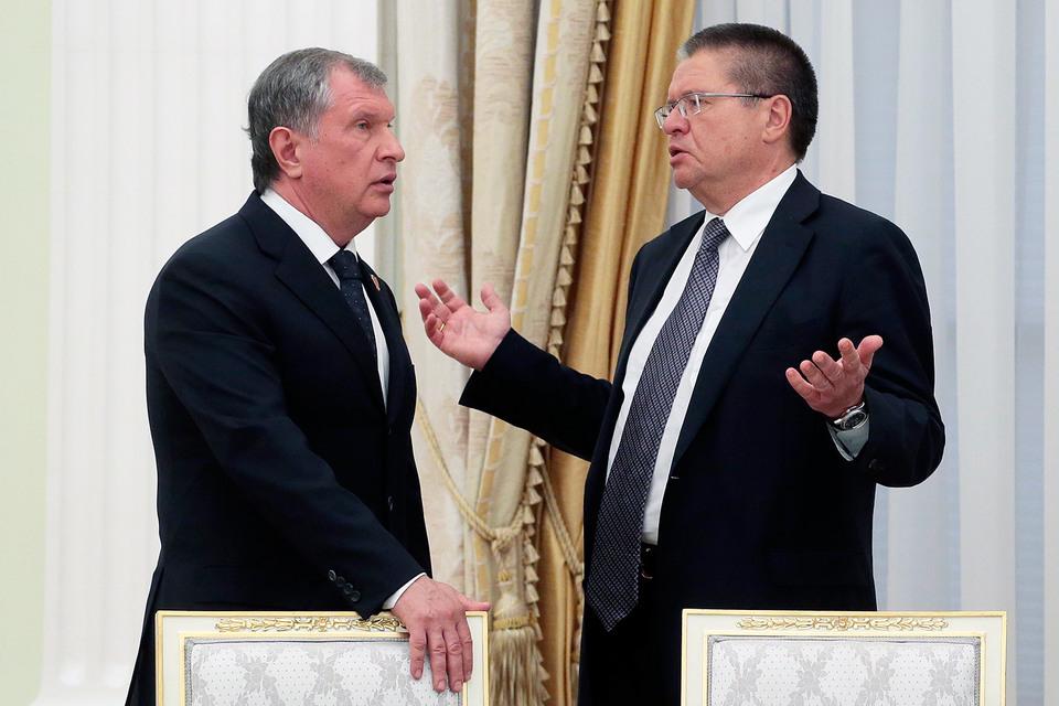 Президент «Роснефти» Игорь Сечин и министр экономического развития Алексей Улюкаев