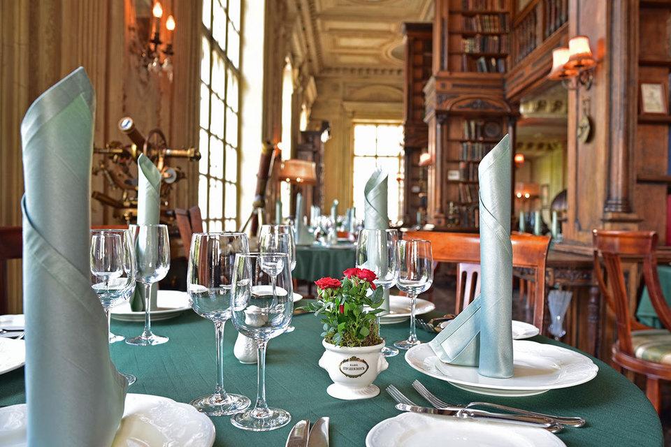 В России у Maison Dellos работают ресторан и кондитерская «Кафе Пушкинъ» (на фото), рестораны «Турандот», «Бочка», «Шинок», «Фаренгейт» и др.