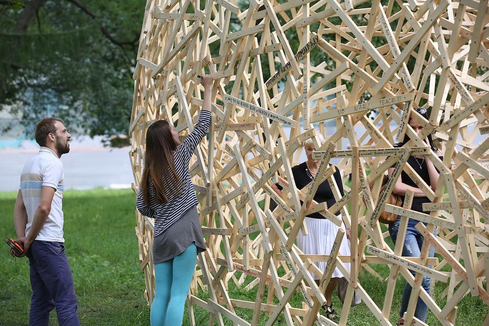 Участники соцсетей разместили статусы прямо на скульптуре
