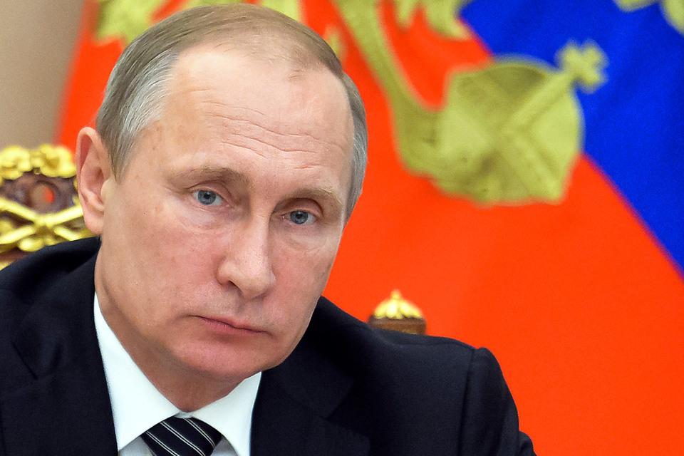 Путин обвинил украинские власти в том, что они действуют таким образом, «чтобы как можно дольше удержаться у этой власти и создать условия для дальнейшего грабежа своих граждан»