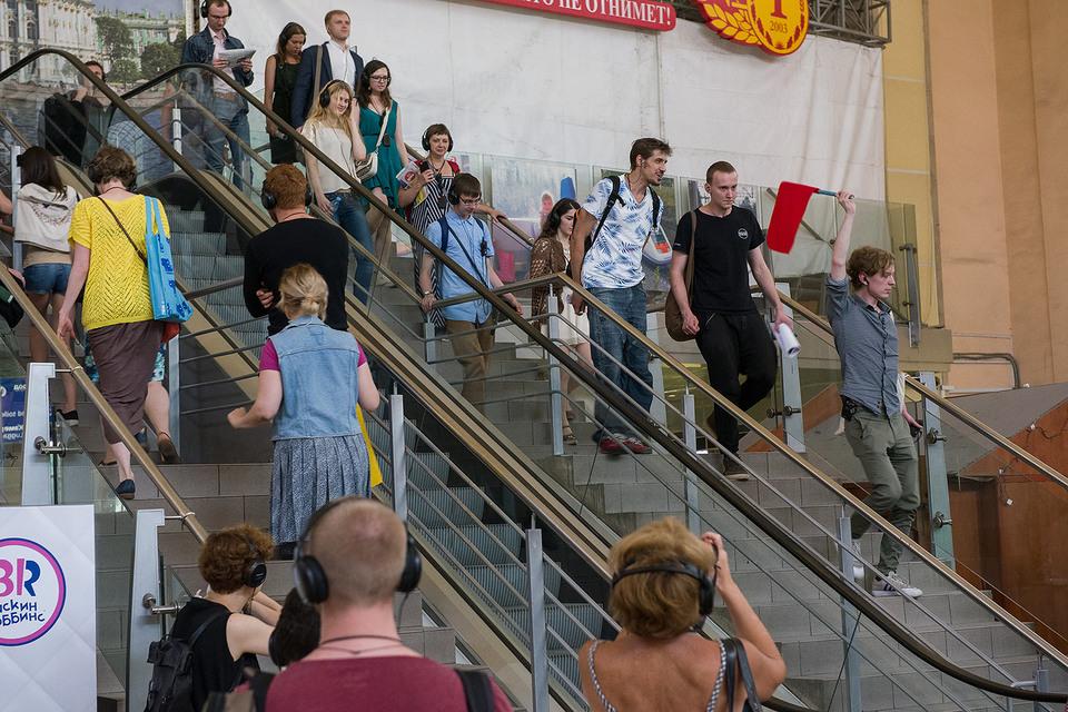 Спектакль «Разговоры беженцев» играется на вокзале, и актеров не сразу выделишь из вокзальной толпы