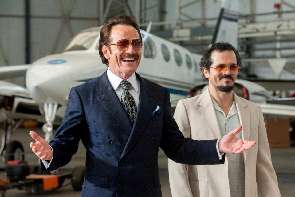 Агенты под прикрытием (Брайан Крэнстон и Джон Легуизамо) радушно встречают представителей наркокартеля на американской земле