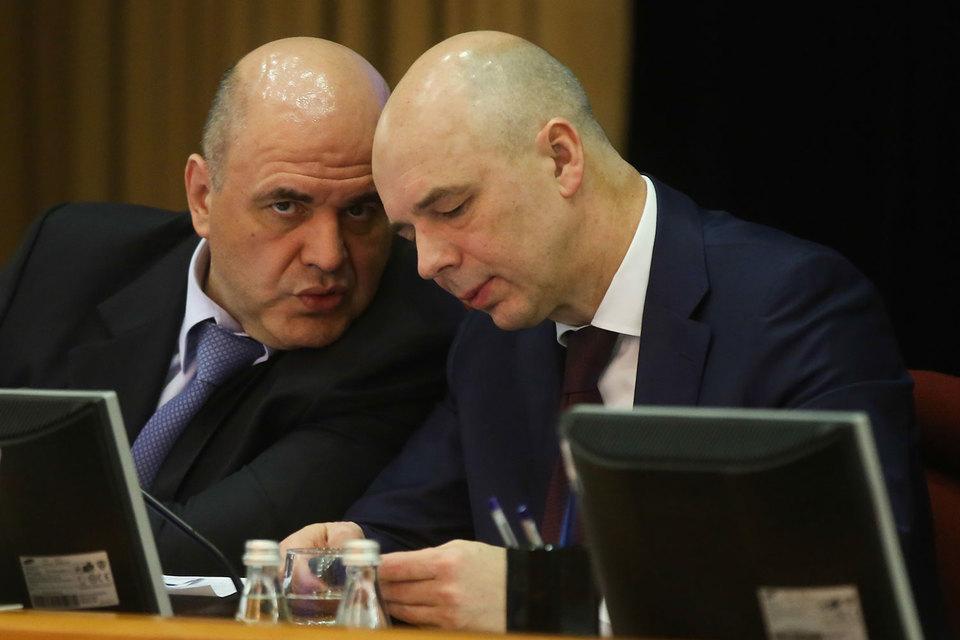 Министр финансов Антон Силуанов (справа) и руководитель ФНС Михаил Мишустин