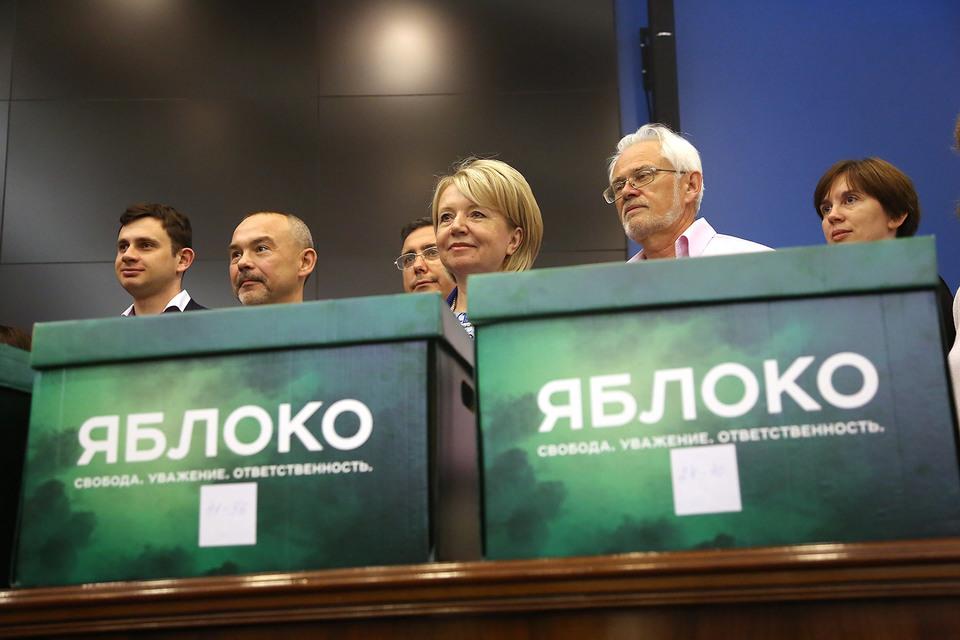 Центризбирком уверен, что для снятия «Яблока» (на фото в центре – председатель партии Эмилия Слабунова) с новгородских выборов не было никаких оснований