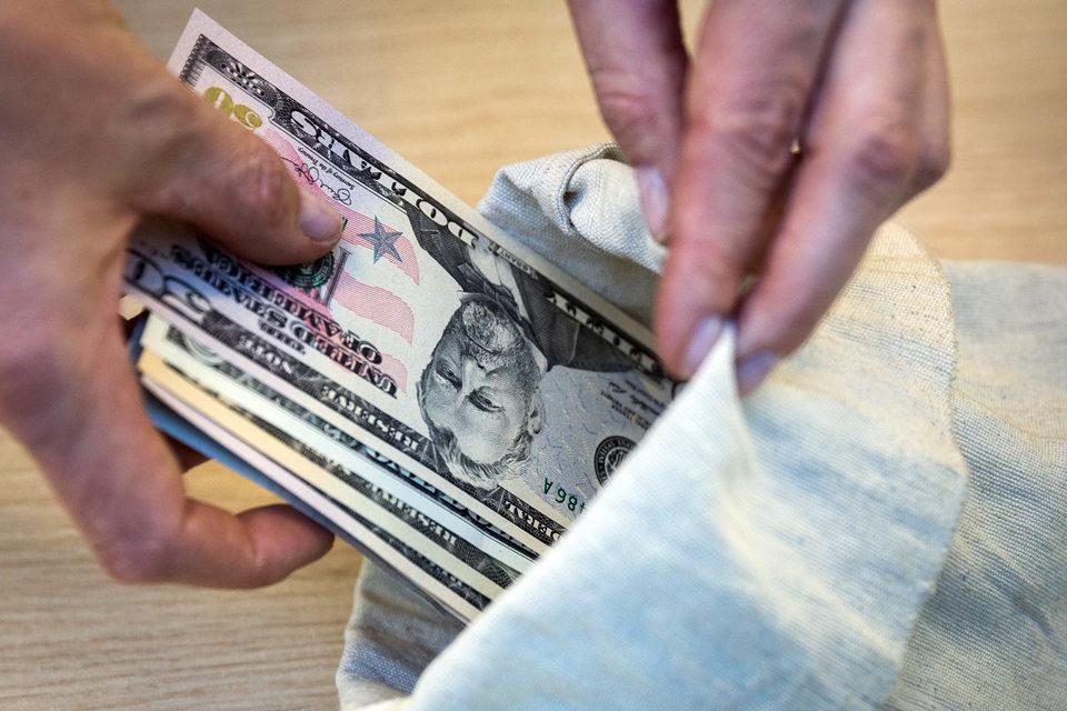 Эти люди единовременно получали по $10 000 и за это давали согласие на совместное владение брокерским счетом с Лэтеном или кем-то из его людей