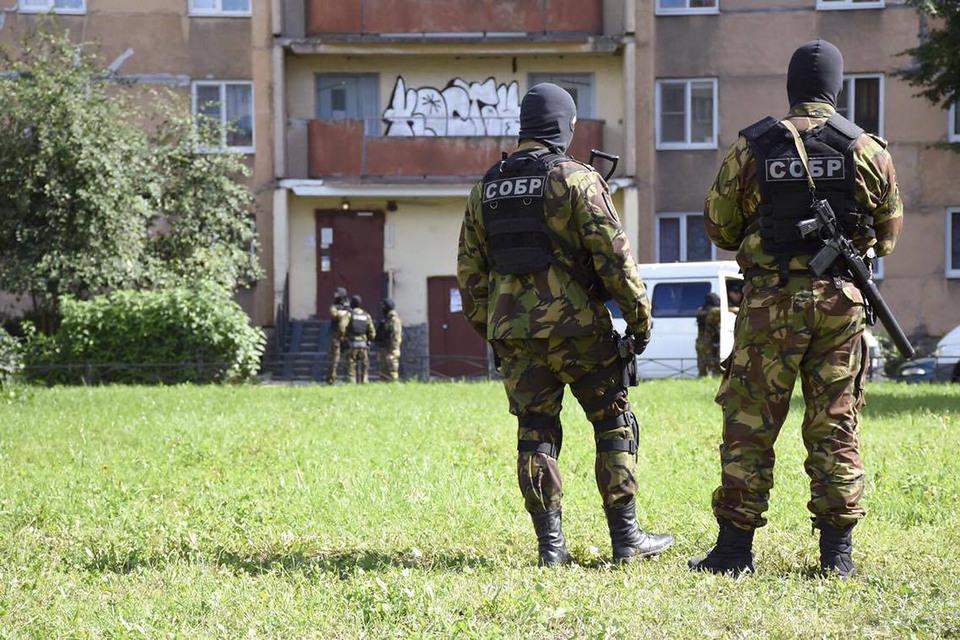 Спецназ у 16-этажного дома в Петербурге
