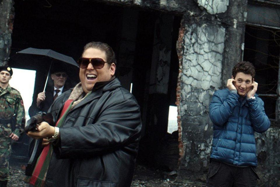 Герой Джоны Хилла (в центре) обожает оружие, а персонаж Майлза Теллера (справа) – не очень