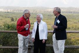 Стэнли Фишер (слева от Джанет Йеллен) и Билл Дадли (справа) в последнее время намекали на повышение процентных ставок уже через месяц