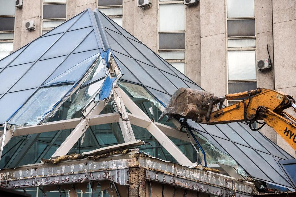 Владелец ТЦ«Пирамида», не сумев оспорить постановление о сносе своей недвижимости, совершил выгодную, хотя и странную сделку: продал здание, а новый собственник разрешил демонтировать торгцентр