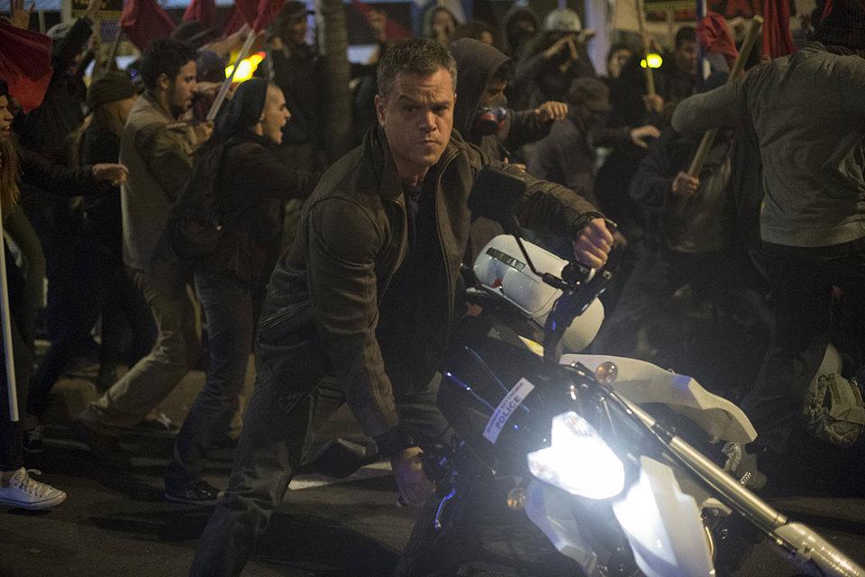Даже на мотоцикле Джейсон Борн лучше всего чувствует себя в толпе