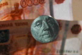 Принятые зимой в первом чтении поправки обязывают резидентов зачислять на счета в российских банках платежи по займам, выданным нерезидентам