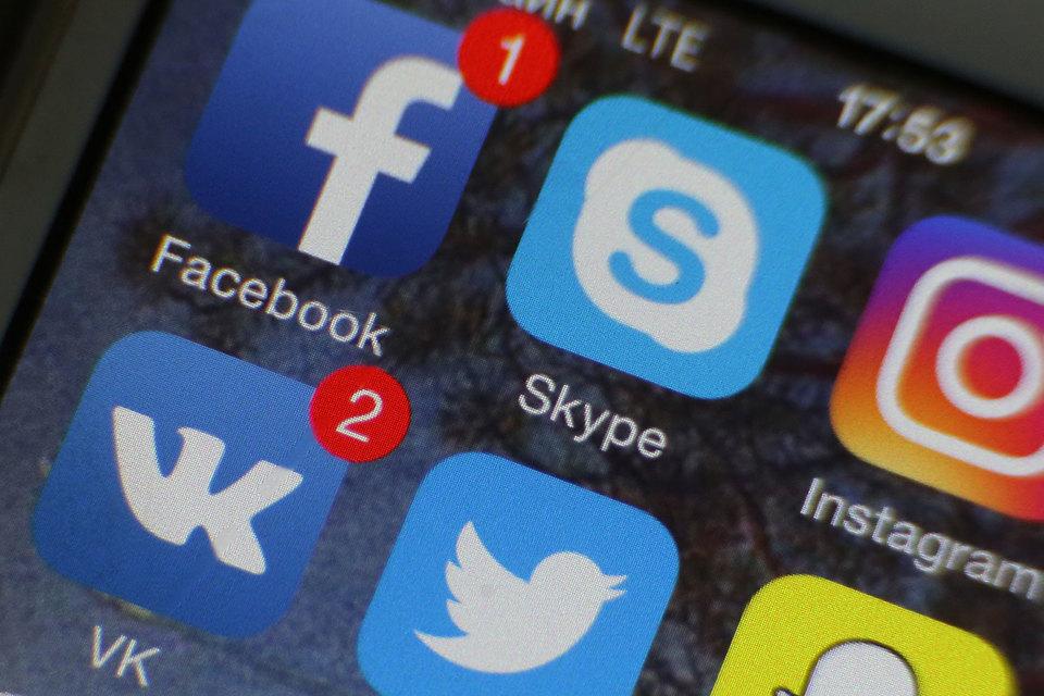 Коммунист Олег Денисенко не смог снять с выборов в Госдуму единоросса Андрея Голушко из-за использования в печатных агитматериалах логотипов социальных сетей