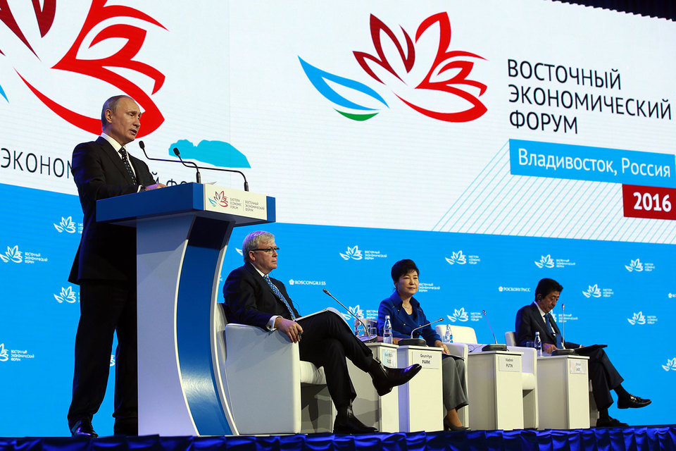 Президент России Владимир Путин, бывший премьер-министр Австралии Кевин Майкл Радд, президент Южной Кореи Пак Кын Хе и премьер-министр Японии Синдзо Абэ (слева направо)