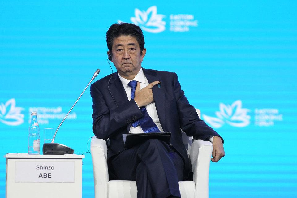 Абэ призвал Путина «поставить точку в этой ненормальной ситуации, которая длилась 70 лет, и вместе начать новую эпоху российско-японских отношений, которая продлится еще 70 лет»