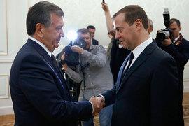 Премьер-министр Узбекистана Шавкат Мирзияев (слева) и премьер-министр России Дмитрий Медведев