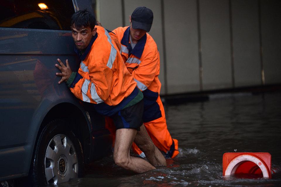 С мая сотрудники «Мосводостока» работали в авральном режиме, но это не спасло Москву от затоплений. Ливневая канализация не справлялась с потоками воды, и машинам приходилось форсировать затопленные улицы