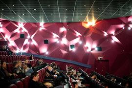 Отечественный кинопрокат установил летний рекорд – 12,9 млрд руб. Многие зрители не поехали в отпуск, а набор фильмов оказался интересным
