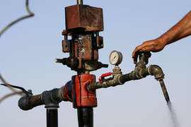 Нефтяной рынок только начал балансироваться и ему предстоит преодолеть еще немало препятствий, полагают эксперты