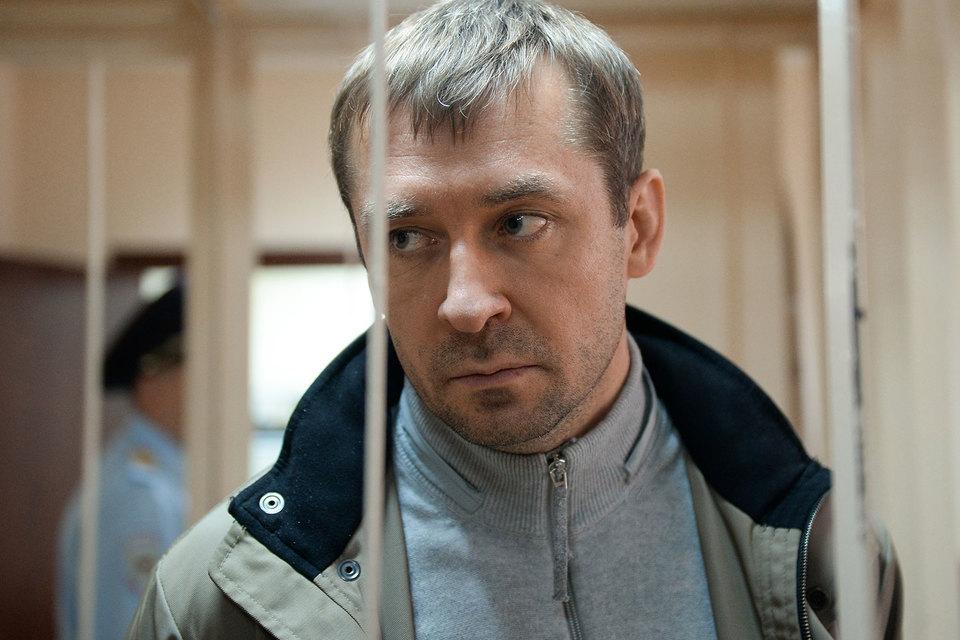 Захарченко обвиняется в получении взятки, злоупотреблении должностными полномочиями и в воспрепятствовании осуществлению правосудия