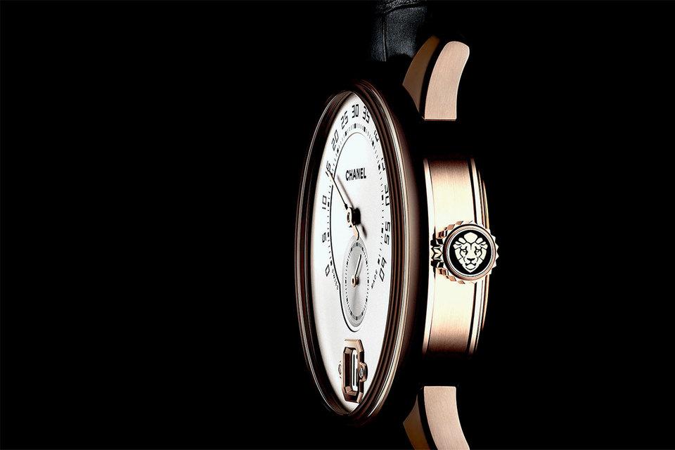 Чтобы создать первые мужские часы Monsieur de Chanel с мануфактурным механизмом, подразделение Chanel Horlogerie потратило пять лет, приобрело мажоритарную часть компании-инженера и часовщика Романа Готье и получило два патента на свои изобретения