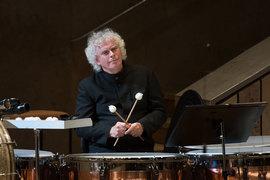Подыграть Оркестру Джона Уилсона вышел главный дирижер Берлинских филармоников Саймон Рэттл, владеющий несколькими оркестровыми профессиями