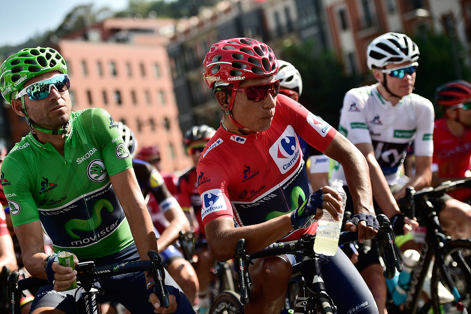 Победитель Vuelta-2016 в генеральной классификации Наиро Кинтана из Movistar в центре, справа Крис Фрум из Sky Team, занявший второе место
