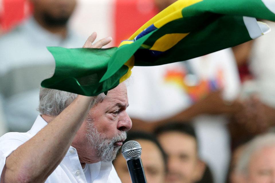 Имидж Лулы действительно пострадал от коррупционных скандалов, однако он до сих пор остается популярным политиком