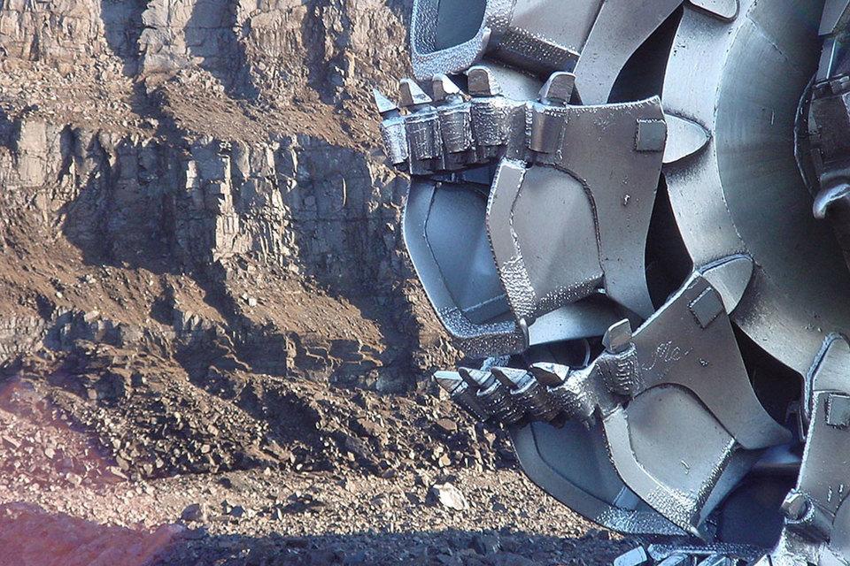 Апсатское месторождение угля (открыто в 1949 г.) СУЭК купила у «Итеры» в конце 2011 г. за 7,8 млрд руб., говорится в отчетах компании