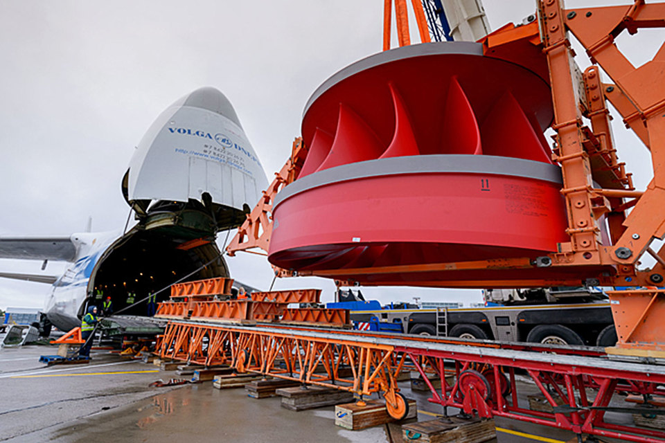 «Силовые машины» в 2016–2017 гг. планируют получить 156 млрд руб. (около $2,4 млрд по текущему курсу) за счет отгрузки продукции крупным заказчикам. На фото отгрузка рабочего колеса гидротурбины для гидроагрегата Усть-Среднеканской ГЭС «РусГидро»