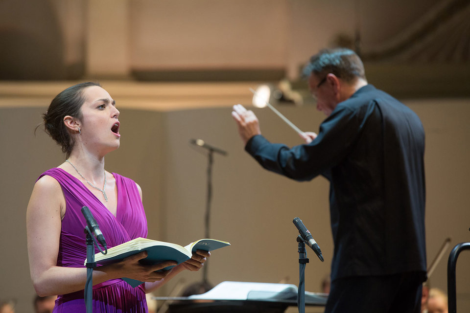 Сопрано Софи Юнкер и пела, и выглядела красиво