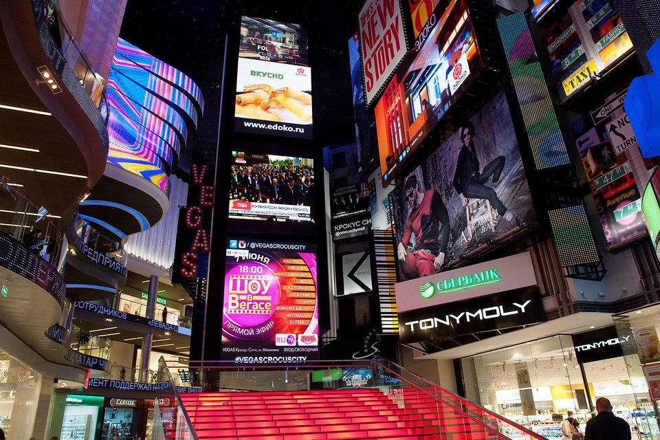 Цифровые экраны дороги, но позволяют показывать больше рекламных роликов