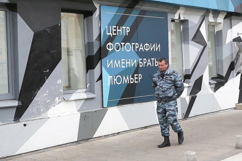 Сотрудник полиции у Центра фотографии им. братьев Люмьер